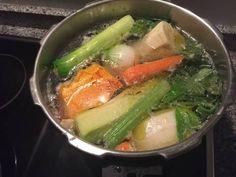 Fabulosa receta para Caldo de verduras en olla exprés . El otro día estábamos algo resfriados y apetecía una buena sopa así que preparamos esta en un momento en la olla rápida.