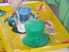 Just looks fun! Vinegar, baking soda and food coloring makes for fun BuBbLy science. TEACH PRESCHOOL is a fantastic site filled with useful ideas. Kindergarten Science, Preschool Classroom, Science Activities, Science Projects, Toddler Preschool, Projects For Kids, Preschool Activities, Teach Preschool, Preschool Halloween