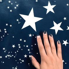 When your #FourthofJuly long weekend prep includes matching your mani to your fave, star-spangled wallpaper. 💅🏼✨ Photo by @codyguilfoyle, nail art by @paintboxnails, styling by @_lahainaaa, wallpaper by @societyofwonderland (which you can also shop via the link in our bio!) #SOdomino