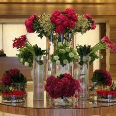 Wedding Flower Arrangements Beautiful florals to greet guests Hotel Flower Arrangements, Flower Arrangement Designs, Flower Designs, Valentine's Day Hotel, Hotel Lobby, Jeff Leatham, Hotel Flowers, Corporate Flowers, Arte Floral
