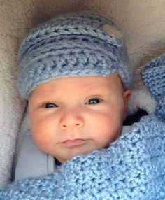 0ea7e38603cd Little Dude   DROPS Baby 31-21 - Gestrickte Mütze mit Rippenmuster für  Babys. Größe 1 Monat - 4 Jahre. Die Arbeit wird gestrickt i…