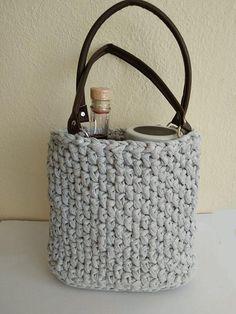 Ako uháčkovať tašku z tričkoviny, Háčkovanie, fotopostup - Artmama.sk Book Baskets, Sewing Baskets, Stephen Curry Shoes, Fabric Bowls, Team Gifts, Basket Bag, Fabric Scraps, Mother Gifts, Gift Bags