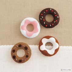 お店の中にはおいしそうなフェルトで作ったドーナツのマスコットがいっぱい!どれもかわいいので、迷っちゃう。 Diy Fashion, Doughnut, Washer Necklace, Sewing Projects, Food, Donuts, Feltro, Pastries, Places