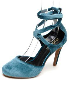 Scarpin DAFITI SHOES Aveludado Amarração Azul, com acabamento aveludado no cabedal, biqueira redonda, recorte dorsay e tiras para amarração no tornozelo. Possui salto fino de 10cm no tamanho 35.