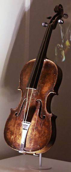 Violin that Wallace Hartley, Titanic's band leader played World Music, Music Is Life, Real Titanic, Modern History, Archaeology, The Past, Music Instruments, Cellos, Genealogy