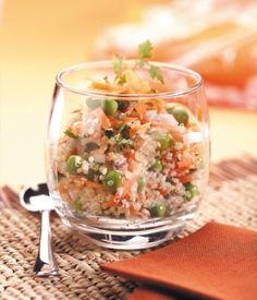 Recette bio de taboulé au quinoa (3 verres de quinoa 1 verre de petitspois frais 4 jeunes carottes 1 oignon 1 poignée de persil 1 poignée de menthe 4 c. à s. d'huile de sésame)