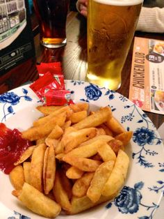 Lovely Travels: A personal travel blog : My first night in London. #london #england #studyabroad #travel #vacation #chips #ketchup #fries #pubfood #pub #bar #pint