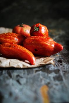 heirloom tomatoes that look like chilis than tomatoes -- from circahappy.com