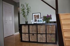 Idea for downstairs' play area to hide toys when not in use still be easy to access. Expedit shelf from Ikea on it's side and some baskets to contain toys. Kallax, Ikea Expedit, Diy Organizer, Cubbies, Diy Organisation, Entryway Organization, Kids Play Spaces, Sweet Home, Basket Shelves