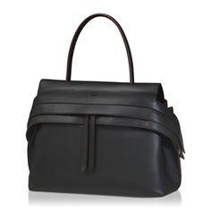 Wave Bag Medium von Tod's aus feinem, dezent glänzendem Leder mit eingeprägtem Tod's-Logo, Innenfutter aus Alcantara, breitem Verschlussriemen mit seitlichen Druckknöpfen, der einen eleganten Zwei-Wege-Reißverschluss verbirgt, und Tasche auf der Rückseite. Ein innovatives Design und eine luxuriöse Verarbeitung kennzeichnen diese elegante Tasche, die ein kosmopolitisches Flair versprüht.