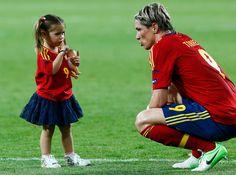 Nora manda callar a su padre Fernando Torres tras el final del partido.  DARREN STAPLES (REUTERS)     España-Italia, la final | Fotogalería | Deportes | EL PAÍS