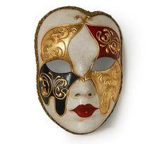 Volto colorato - Maschera realizzata interamente a mano in cartapesta. Finemente decorata con stucco e colori acrili: ricca di particolari, con un contorno dal taglio originale e moderno, arricchita dalla tecnica ...