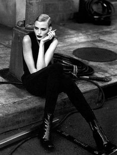 Nadja Auermann, photographed by Peter Lindbergh for the Kathleen Madden Ad Campaign Fall 1996 Fashion Model Poses, Fashion Photography Poses, Summer Photography, Photography Women, Photography Ideas, Portrait Photography, Peter Lindbergh, The New Yorker, Nadja Auermann