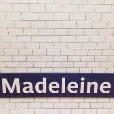 """➸ """"J'attends Madeleine, j'ai apporté du lilas."""" Et aussi parce que j'ai découvert il y a peu le #madeleineproject. Vous connaissez mon amour des trésors chinés, de ces objets qui racontent à leur façon leur histoire, de ces vieilles photos passées qui m'interpellent. Une histoire passionnante, si bien contée, non sans rappeler la boîte à souvenirs de Mr Bredoteau...➸"""