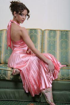Résultat d'images pour satin plissee Silk Satin Dress, Silky Dress, Pink Satin, Satin Dresses, Pleated Dresses, Lovely Dresses, Beautiful Gowns, Blouse Dress, Dress Skirt