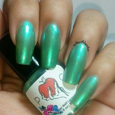 Swatch:  @poisonapplecosmetics SCUM OF THE SEA, a beautiful green shimmery sheer polish.  Swatched here in 4 thin coats no undies with topcoat.  Check out and follow  @poisonapplecosmetics for other 5free and vegan friendly polishes.