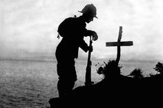 A British soldier pays his respects at the grave of a colleague near Cape Helles, where the Gallipoli landings took place in The Most Powerful Images Of World War I World War One, First World, Batalha Do Somme, Schlacht An Der Somme, Battle Of The Somme, British Soldier, Powerful Images, Remembrance Day, Aragon