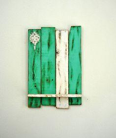 Mi diseño original y más vendidos de estante de madera con reclamaron de madera de la región de lagos Sebago de Maine.  Mi diseño original que he hecho a mano con madera de palet reciclada, pintada y agobiados teal (océano) y acabado en blanco con un apenado y un gancho adornado pintado de blanco con un apenado acabado. Hace una gran adición a cualquier habitación en su casa para mostrar su decoración! Hecho a la medida.  ~ Medidas: profundidad 22 x 14 1/4: 4 1/4 ~ Reciclada de pale...