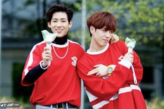 Bambam and Yugyeom holding ahgase light sticks || awww they look so cute :3