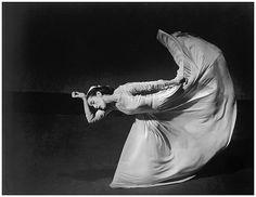 """""""Me siento absorbida por la magia de la luz y el movimiento. El movimiento no sabe mentir. En él reside la magia de lo que llamo el espacio exterior de la imaginación. Ese universo externo es ajeno por completo a nuestras vidas, y en él, a veces nuestras mentes divagan. Puedes encontrar un nuevo planeta, o puede que no lo encuentres, pero éso es lo que los bailarines hacemos"""". ¿Quién fue Martha Graham? Martha Graham nació el 11 de mayo de 1894, en Allegheny County, Pennsylvania. La ..."""