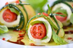 Gli involtini di zucchine fritte con mozzarella e pomodorini sono degli antipasti dal sapore fresco e corposo, ideale anche come piatto unico. Ecco la ricetta