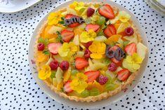 Fruittaart met viooltjes Happy Fruit, Fruit Salad, Homemade, Food, Fruit Salads, Eten, Hand Made, Diy, Meals