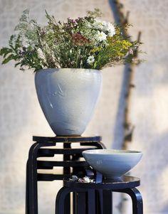 Stor vas i tungt stengods av Friedl Holzer-Kjellberg från 1940, höjd 34 cm. Skål i keramik av Toini Muona, 1940-tal, höjd 27 cm. Stående på pallar av Alvar Aalto. Jacksons.