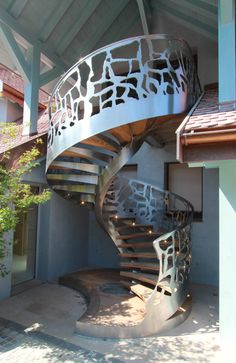 Collaboration avec JM Couradette, MGM construction. Escalier en Inox sculpture, marches Ipés, échancrure des arêtes.