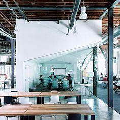 【Pinterest(サンフランシスコ)】 ピンタレストの本社は、サンフランシスコのソーマ地区にある。簡素な倉庫内に、ハブと呼ばれる床から天井まで伸びている4つの白い直方体のスペースがあり(写真)、チームメンバーが集まる場所となっている。合計で60人ほどが使える大きさを持つ円テーブルやデスク、緊急事態時に使われる「司令室」といった設備を、タスクに応じて移動することができる。建物全体が軽い装飾にとどめられ、真っ白なキャンバスのようにクリエイティヴに使用することが可能だ。