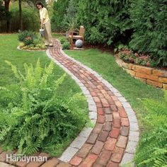 Build a Brick Pathway in the Garden Make a simple garden path from recycled pavers or cobblestones set on a sand bed. Learn all the details of path building, from breaking cobblestones to easy, fast leveling using plastic landscape edging. Brick Pathway, Cobblestone Walkway, Paver Path, Brick Edging, Front Walkway, Brick Landscape Edging, Slate Walkway, Front Path, Lawn Edging