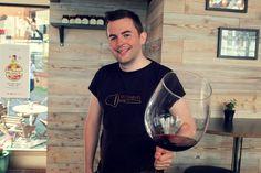 Daglig leder Heine Johansen (28) synes det er viktig med varierte og gode vin opplevelser.