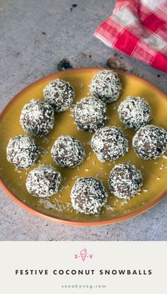 Easy, delicious and healthy, these coconut snowballs are packed full of nutritious ingredients and are nut free making them perfect for school lunch boxes. Healthy Christmas Treats, Vegan Christmas, Christmas Snacks, Christmas Time, Xmas Food, Christmas Cooking, Christmas Recipes, Healthy Dessert Recipes, Snack Recipes