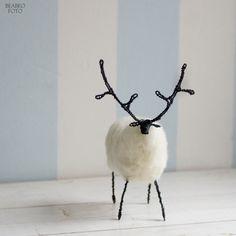 """v+lese.+bílý+jelen+Král+lesa,+v+bílém+kožichu.+Volnou+rukou+drátovaná+figurkaz+černého+drátu,+kožíšek+z+vlny+jesenických+oveček,+zaplstěno+pevně,+ale+ne+tvrdě.+Vlna+valašek+je+hrubá,+při+suchém+plstění+je+možné+pracovat+jen+s+nejhrubší+jehlou,+proto+je+výsledné+dílo+takové+""""ojíněné"""",+chlupaté+a+chundelaté.+Rozměry:+výška+x+délka+cca+16x15+cm.+Každý..."""