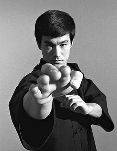 On July kung fu legend Bruce Lee died. Since then, the man has remained an inspiration for kung fu lovers around the globe. Bruce Lee Photos, Bruce Lee Art, Bruce Lee Martial Arts, Aikido, Karate, Bruce Lee T Shirts, Bruce Lee Family, Jeet Kune Do, Art Of Fighting
