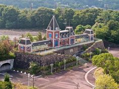 In Japanese businessmen opened Nara Dreamland in Japan. This train station was created to resemble the one at Disneyland. Abandoned Theme Parks, Abandoned Amusement Parks, Abandoned Buildings, Abandoned Places, Parks And Recreation, Roller Coaster, Train Station, Nara, Disneyland