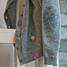 Use wool needle-felting to patch holes in sweaters, or simply to create a fun look. Motifs Perler, Visible Mending, Make Do And Mend, Darning, Wool Sweaters, Wool Socks, Sewing Hacks, Diy Clothes, Diy Fashion