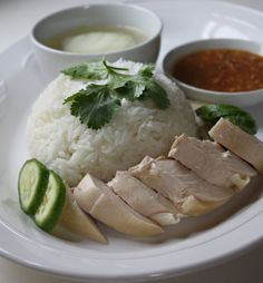 Khao Man Gai, one of the most common street foods in Thailand, is, in short, a mutation, albeit controlled, of Hainanese chicken and rice. Overshadowed by the original dish and rarely included on the menus of most Thai restaurants in the West, Khao Man Gai (ข้าวมันไก่) is not widely known outside of Thailand. For Thais, however, this is a national favorite.