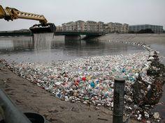 Pollution (8) : Accumulation de déchets dans une rivière