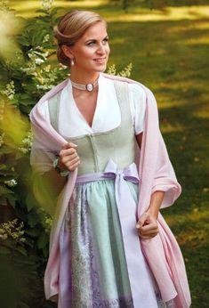Stola rosa von Susanne Spatt Dirndl Dress, Girls Be Like, Traditional Dresses, Couture, Retro Vintage, Vintage Fashion, Sari, Stylish, Costume Ideas