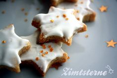 Zimtsterne étoiles de noël à la cannelle bredele Pour les biscuits :  3 blancs d'oeuf  400 g d'amandes en poudre (vous pouvez si vous le souhaitez varier les plaisirs en mélangeant poudre d'amandes et de noisettes)  300 g de sucre  2 cuillères à café de cannelle  1 cuillère à café d'épices à pain d'épice le zeste d'un citron bio