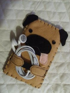 Pug IPod Case!                                                                                                                                                                                 More Sewing Crafts, Dog Crafts, Cute Crafts, Felt Crafts, Sewing Projects, Diy Ipod Cases, Felt Phone Cases, Felt Case, Diy Phone Case