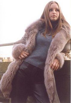lesbians in fur coats Fur Lined Coat, Fox Fur Coat, Fur Coats, Sheepskin Coat, Fur Fashion, Cute Woman, Beautiful Women, Turtle Neck, Lady