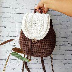 Besides the new trendy ideas that we all seeing daily; fashion designers create a very big variety of styles and designs with just a simple crochet hook. Crochet Handbags, Crochet Purses, Crochet Bags, Free Crochet, Knit Crochet, Crochet Backpack, Yarn Bag, T Shirt Yarn, Knitted Bags