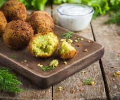 fresh vegetarian falafel with tzatziki sauce, selective focus Tzatziki Sauce, Sauce Tahini, Red Rice Salad Recipe, Rice Salad Recipes, Vegetarian Protein Options, Vegan Tortilla, Grilled Cauliflower, Les Croquettes, Gastronomia