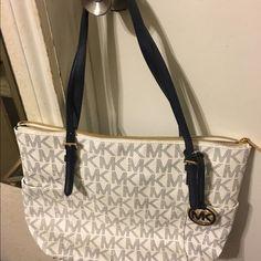 Michael Kors purse Leather purse practically new Michael Kors Bags Shoulder Bags