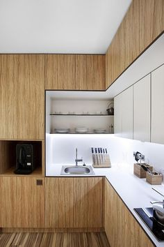 modern slab honey wood cabinets with recessed shelves detalhe do puxador marcando o espaco negativo branco