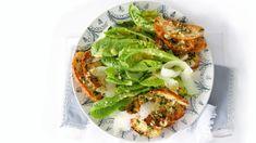 Recept na celosvětově známý salát salát Caesar opravdu prověřil čas. A stále neztrácí nic na své skvělé chuti. Salmon Burgers, Avocado Toast, Tacos, Fresh, Breakfast, Ethnic Recipes, Food, Drink, Archive