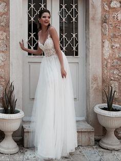 Collection 2018 wedding dresses. www.istoriesgamou.gr Νυφικα 2018#ρομαντικα νυφικα#νυφικα με εντυπωσιακη πλατη#γοργονε νυφικα#νυφικα με δαντέλα#νυφικα αερινα#νυφικα σε ίσια γραμμή#crop top νυφικα#www.istoriesgamou.gr