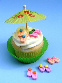 """Cute little cupcake toppers that are so """"flippin"""" easy to make! Free tutorial with pictures on how to make a cake topper in under 40 minutes by cooking, baking, and decorating food with sprinkles, white chocolate, and cocktail umbrellas. How To poste. Summer Cupcakes, Cute Cupcakes, Cupcake Cookies, Beach Cupcakes, Hawaiin Cupcakes, Luau Party Cupcakes, Cute Cupcake Ideas, Tropical Cupcakes, Fondant Cupcakes"""