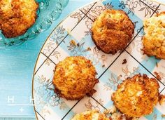 Lavender and maple coconut macaroons - These chewy coconut bites made with pure maple syrup instead of sugar for a healthy treat Hemsley And Hemsley, Low Carb Recipes, Healthy Recipes, Healthy Treats, Healthy Food, Healthy Eating, Lime Cheesecake, Macaroon Recipes, Coconut Macaroons